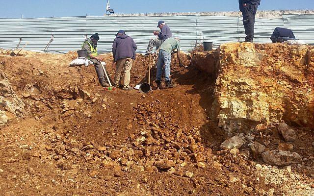 Les fouilles d'un site d'exécution de masse dans le quartier de la colonie russe de Jérusalem, été 2018 (Crédit : Kfir Arbiv/Autorité des antiquités israéliennes)