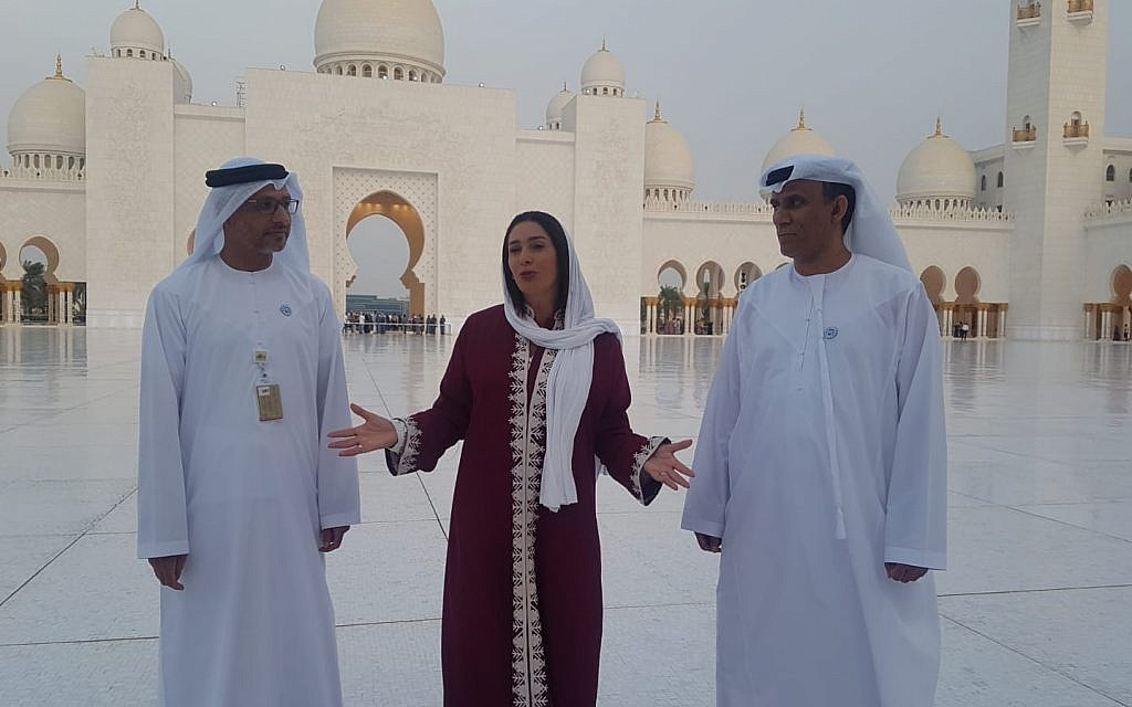 Miri Regev, au centre, visite la grande mosquée Sheikh Zayed à Abou Dhabi avec des responsables émiratis, le 29 octobre 2018 (Crédit : Chen Kedem Maktoubi)