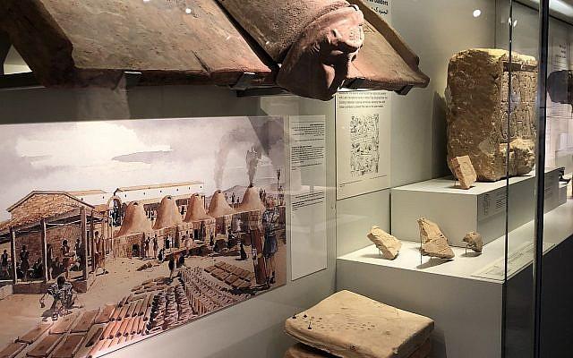 Les artéfacts de la légion romaine obtenus pendant les fouilles près du Palais des congrès de Jérusalem, désormais exposées au musée d'Israël, le 9 octobre 2018. (Crédit : Amanda Borschel-Dan/ Times of Israel)