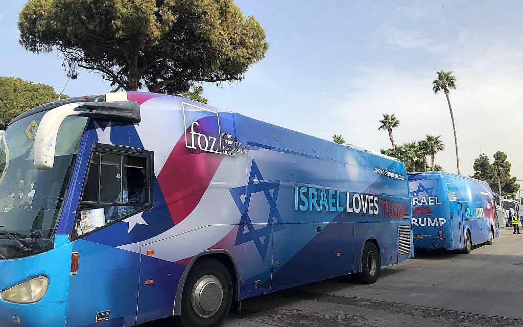 """Deux bus du musée des Amis de Sion, portant l'inscription """"Israël aime Trump"""" lors de l'Assemblée générale de la Fédération juive d'Amérique du Nord (JFNA) à Tel Aviv, le 24 octobre 2018. (Amanda Borschel-Dan / Times of Israel)"""