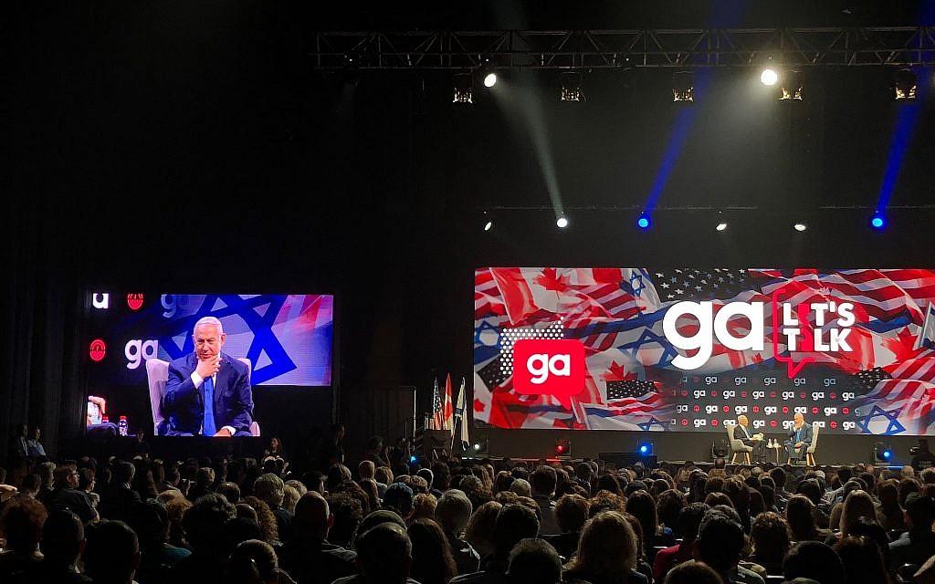 Le Premier ministre Benjamin Netanyahu (à droite et en médaillon) et Richard Sandler, président sortant du conseil d'administration de la Fédération juive d'Amérique du Nord, lors de l'Assemblée générale de la JFNA (Jewish Federation of North America) à Tel Aviv, le 24 octobre 2018. (Amanda Borschel-Dan / Times of Israel)