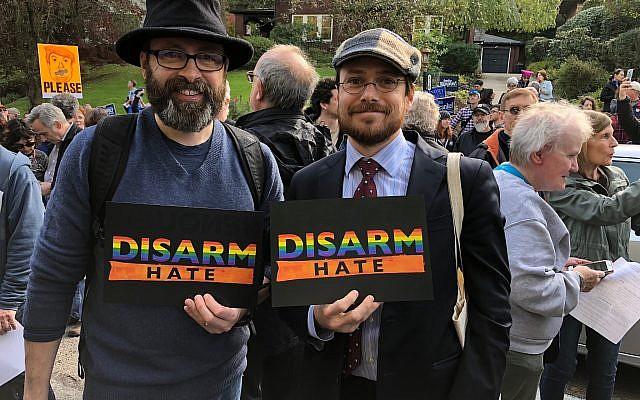 """Pittsburgh natives Will Wenger (à gauche) et Ian Price, nés à Pittsburgh, lors de la marche anti-Trump  """"Pittsburgh aime tous nos voisins"""" , le 30 octobre 2018 (Crédit : Amanda Borschel-Dan/Times of Israel)"""