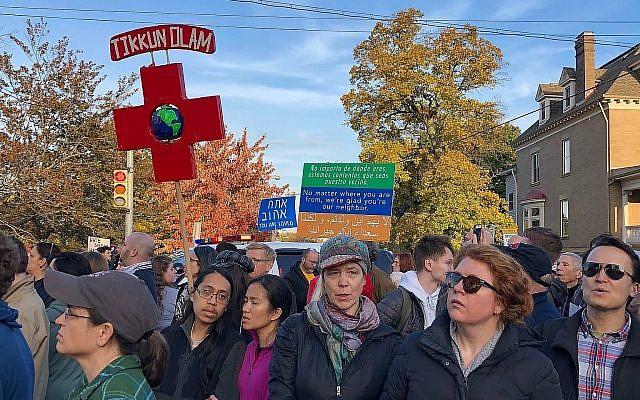 "A la marche anti-Trump ""Pittsburgh aime tous nos voisins"" , le 30 octobre 2018 (Crédit : Amanda Borschel-Dan/Times of Israel)"