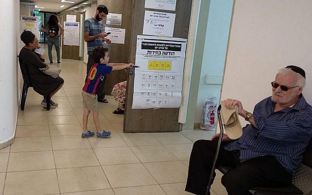 Des habitants de Tel Aviv attendent de pouvoir voter dans les élections locales dans le quartier de Shapira, le 30 octobre 2018 (Crédit : Melanie Lidman/Times of Israel)