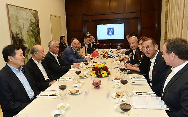 Le Premier ministre Benjamin Netanyahu avec le vice-président chinois Wang Qishan à la résidence du Premier ministre à Jérusalem, le 22 octobre 2018. (Crédit : Kobi Gideon/GPO)