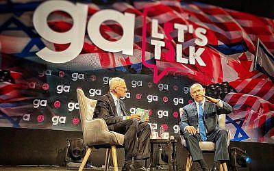 Le Premier ministre Benjamin Netanyahu (à droite) et Richard Sandler, président sortant du conseil d'administration de la Fédération juive d'Amérique du Nord [Jewish Federation of North America - JFNA], lors de l'Assemblée générale de la JFNA à Tel Aviv, le 24 octobre 2018. (JFNA/Eyal Warshovsky)