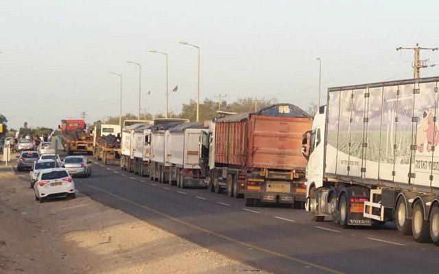 Une file de camion qui attend de pouvoir entrer à Gaza, le 29 octobre 2018. (Crédit : Im Tirtzu)