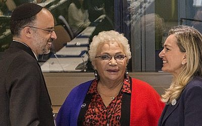 De gauche à droite : le rabbin Gadi Piperno, Clelia Piperno et l'ambassadrice italienne aux Nations Unies Mariangela Zappia lors d'un événement célébrant la traduction en cours du Talmud en Italien, le 28 septembre 2018 (Autorisation : Mustando Communications)