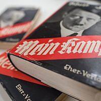 """Une édition allemande de """"Mein Kampf"""" (""""Ma lutte"""") d'Adolf Hitler exposée à l'Institut d'histoire contemporaine de Munich, le 11 décembre 2015. (Matthias Balk/dpa via AP, Dossier)"""