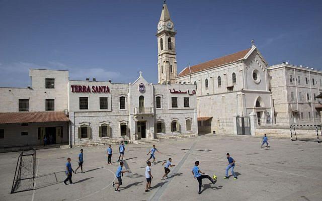 Des écoliers chrétiens arabes israéliens jouent au football à l'école Terra Sancta dans la ville mixte judéo-arabe de Ramle, le 26 mai 2015. (AP/Oded Balilty)