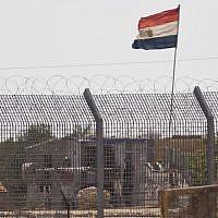 Illustration: un officier égyptien surveille un poste dans le nord de la péninsule du Sinaï, à la frontière israélo-égyptienne, dans le village de Kerem Shalom, le 1 juillet 2015. (Crédit : AP/Ariel Schalit)