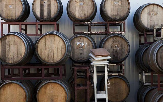 Barriques de vin dans un chai israélien dans l'implantation de Psagot, 11 février 2014 (AP/Dan Balilty)