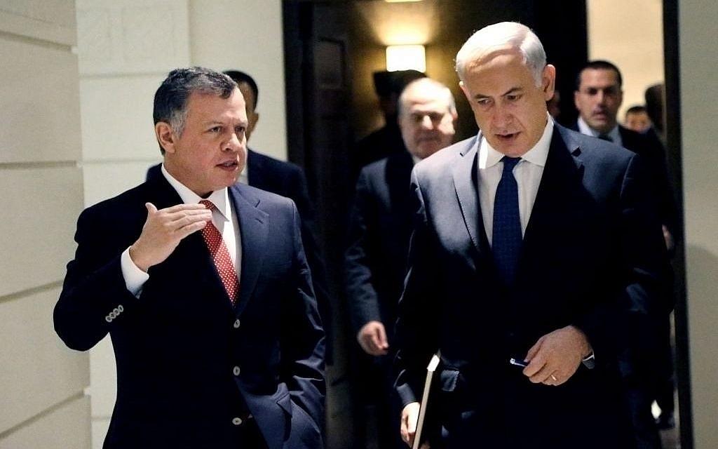 Le Premier ministre israélien Benjamin Netanyahu et le roi de Jordanie Abdallah II durant une visite surprise du Premier ministre à Amman, le 16 janvier 2014. (Crédit : AP/Yousef Allan/Jordanian Royal Palace)