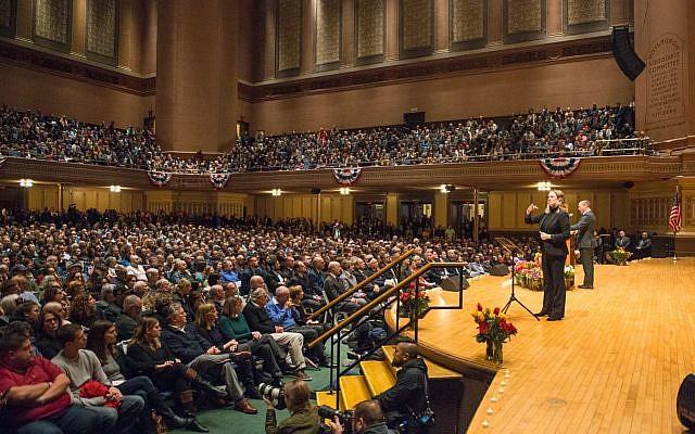 Naftali Bennett rendant hommage aux victimes de la synagogue de Pittsburgh (Crédit : Alexi Rosenfeld)
