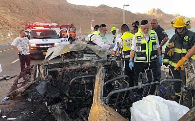 Des secouristes de ZAKA sur les lieux d'une collision frontale mortelle sur la route 90, près de la mer Morte, le 30 octobre 2018. (ZAKA)