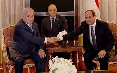 Le Premier ministre Benjamin Netanyahu  rencontre le président égyptien Abdel-Fattah al-Sissi en marge de l'Assemblée générale de l'ONU le 27 septembre 2018 (Crédit : Avi Ohayon / PMO)