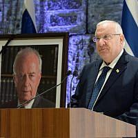 Le président Rivlin lors d'une cérémonie marquant le 23ème anniversaire de l'assassinat de Yitzhak Rabin, le 21 octobre 2018 (Crédit : Mark Neiman/GPO)