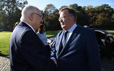 Le président Reuven Rivlin rencontre le ministre danois de la Défense Claus Hjort Frederiksen lors d'une visite d'Etat au Danemark, le 10 octobre 2018 (Crédit : Haim Zach/GPO)