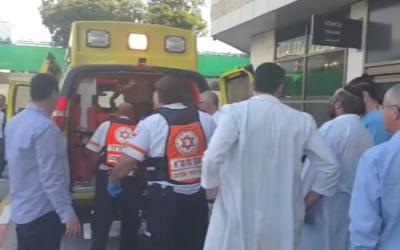 Photo d'illustration : La victime d'un attentat au couteau en Cisjordanie arrive à l'hôpital Beilinson de Petah Tikva le 24 décembre 2015 (Crédit : Magen David Adom)