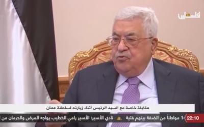 Le président de l'Autorité palestinienne, Mahmoud Abbas, s'adresse à Palestine TV, la chaîne de télévision officielle de l'Autorité palestinienne. (Crédit : capture d'écran Facebook)
