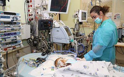 Musa, un bébé palestinien de Cisjordanie, s'accroche à la vie au centre médical Sheba de Tel Aviv après avoir reçu un nouveau coeur, donné par un enfant israélien (Crédit : Centre médical Sheba)