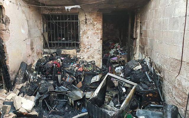 Un incendie a tué une femme et ravagé un appartement de Tel Aviv, le 22 octobre 2018. (Crédit : sapeurs pompiers de Tel Aviv)