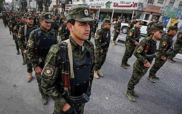 Les forces de sécurités palestiniennes à Hébron, le 14 novembre 2017. (Crédit : Wisam Hashlamoun/Flash90)