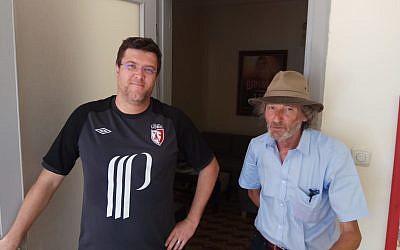 Grégory Celerse (g.) et Patrick Lecoutre à Tel Aviv début septembre 2018 après avoir rencontré plusieurs témoins de la rafle du 11 septembre 1942 (Crédit: Pierre-Simon Assouline)