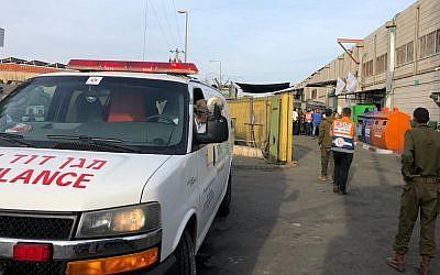 Les personnels médicaux et les forces de sécurité sur les lieux d'une fusillade dans le parc industriel Barkan, dans le nord de la Cisjordanie, le 7 octobre 2018 (Crédit : Magen David Adom)