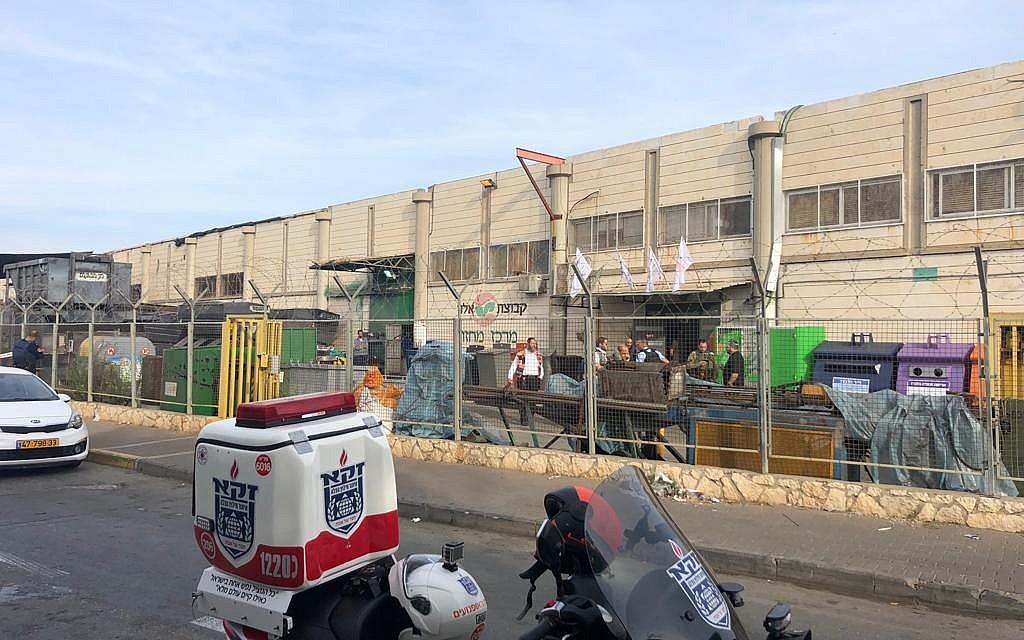 Une ambulance Zaka devant l'usine de la zone industrielle de Barkan où un ouvrier palestinien a tué deux Israéliens et en a blessé un troisième, le 7 octobre 2018. (Zaka)