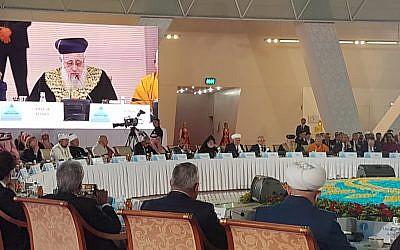 Le grand rabbin israélien Yitzhak Yosef  s'exprime lors d'un discours du Congrès des leaders des religions traditionnelles du monde à Astana, au Kazakhstan, le 10 octobre 2018 (Crédit : Grand rabbinat d'Israël)