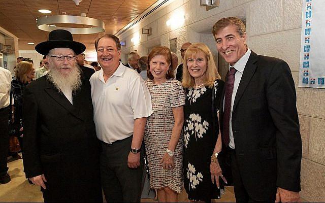 Le vice-ministre à la Santé,  Yaakov Litzman, à gauche, avec Howard Milstein, Abby Milstein, Ellen Hershkin, et le professeur Chaim Lotan, le vendredi 12 octobre 2018 (Autorisation)