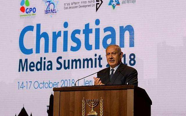 Le Premier ministre Benjamin Netanyahu au sommet des médias chrétiens à Jérusalem, le 14 octobre 2018 (Crédit :  Haim Tzach)