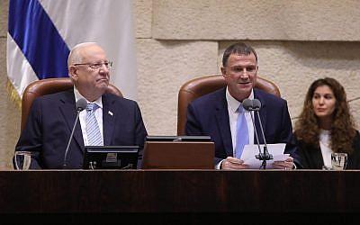 Le président Reuven Rivlin (à gauche) et le président de la Knesset Yuli Edelstein à l'ouverture de la session parlementaire d'hiver, le 15 octobre 2018. (Crédit : Knesset)