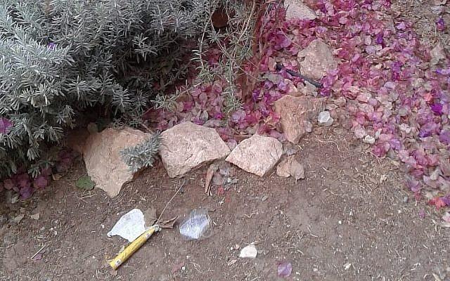 Un dispositif suspect, apparemment incendiaire, attaché à des ballons qui a été retrouvé dans le quartier de Ramat Eshkol, au nord de Jérusalem, le 25 octobre 2018 (Crédit : Police israélienne)