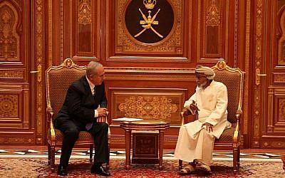 Le Premier ministre Benjamin Netanyahu est accueilli par le sultan Qaboos bin Said à Oman, le 26 octobre 2018 (Crédit : autorisation)