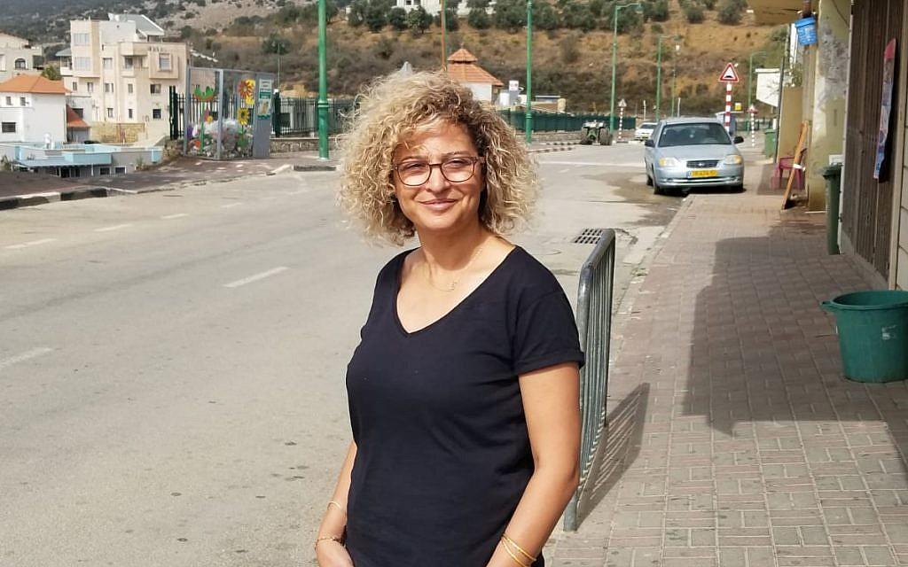 Sameera Rada Emran, candidate à la mairie d'Ein Qinya, devant son domicile, le 23 octobre 2018. (Adam Rasgon/Times of Israel)