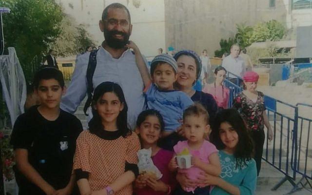 La famille Atar, Yariv et Shoshi et leurs six enfants - Yaakov Yisrael, 12 ans, Ateret, 11 ans, Ayelet, 9 ans, Moria, 7 ans, Yedid, 5 ans et Avigail, 3 ans, ont tous trouvé la mort dans un accident de voiture près de la mer Morte le 30 octobre 2018. (Crédit : autorisation)