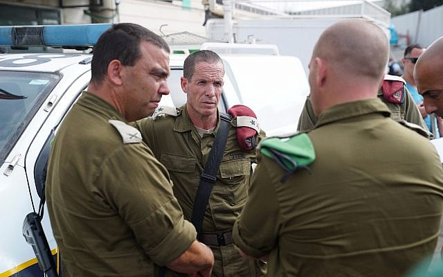 Les forces de sécurité israéliennes sur la scène d'une fusillade au parc industriel Barkan, en Cisjordanie, le 7 octobre 2018 (Crédit : Flash90)