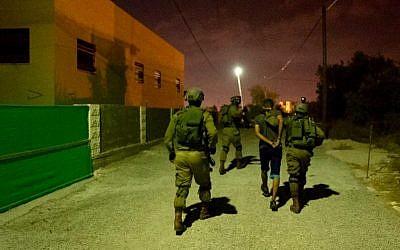 Les soldats israéliens participent à des opérations dans le village de Cisjordanie de Shuweika, à la recherche d'un terroriste de la ville qui a tué deux Israéliens et blessé un troisième, le 7 octobre 2018 (Crédit : Armée israélienne)