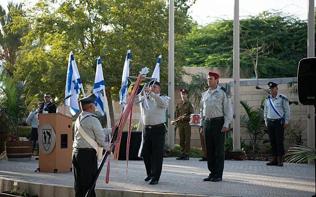 Le chef d'Etat-major de l'armée israélienne Gadi Eizenkot remet une lettre de félicitations à la division de Gaza, au siège de l'unité, à Reim, le 10 octobre 2018 (Crédit : Armée israélienne)