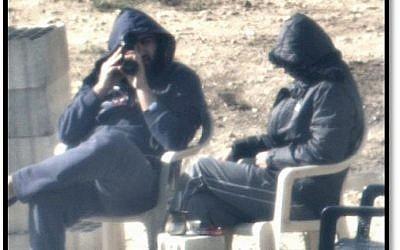 Des hommes libanais, dont Tsahal dit être des membres du groupe terroriste du Hezbollah, scrutent Israël depuis un poste d'observation près de la frontière, comme le montrent les images publiées par les autorités militaires le 22 octobre 2018. (Armée israélienne)