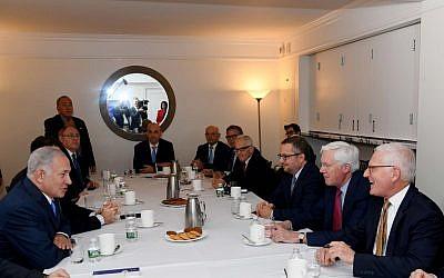 Le Premier ministre Benjamin Netanyahu, à gauche, rencontre des leaders juifs américains à New York, le 28 septembre 2018 (Crédit : PMO)