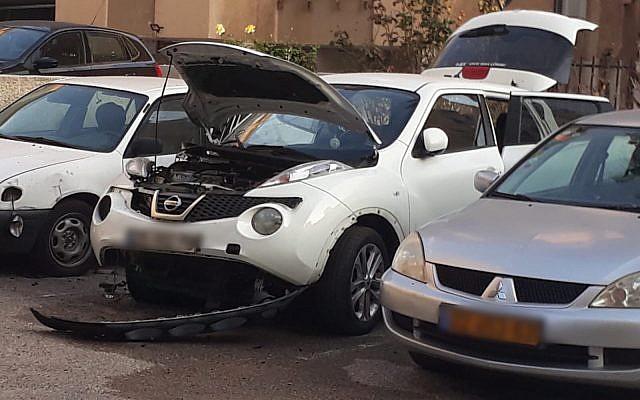 Une voiture appartenant à une responsable des prisons qui a été endommagée par une bombe (Crédit : Service israélien des prisons)