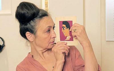 Catherine Ringer en 2018 au mahJ tenant un dessin de son père Samuel (Crédit: capture d'écran MahJ/Youtube)