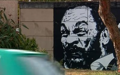 Cette fresque représentant Dieudonné orne un mur de la ville de Selestat depuis plus de 2 ans (Crédit: capture d'écran France 3/Youtube)