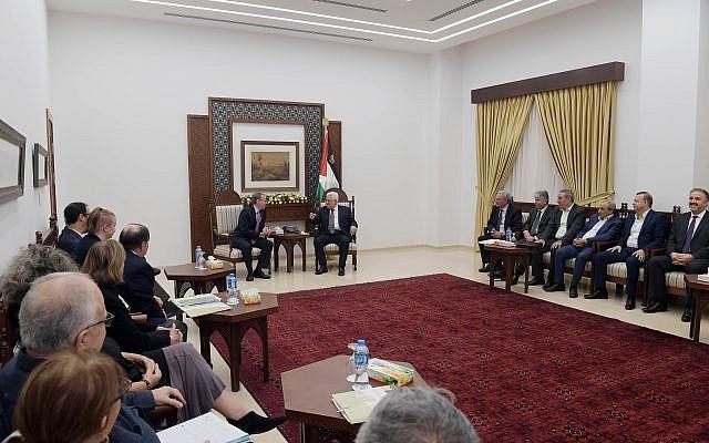 Des membres du groupe de pression politique de gauche pour le Moyen-Orient J Street rencontrent le président de l'Autorité palestinienne Mahmoud Abbas à son siège à Ramallah, le 17 octobre 2018. (Autorisation)