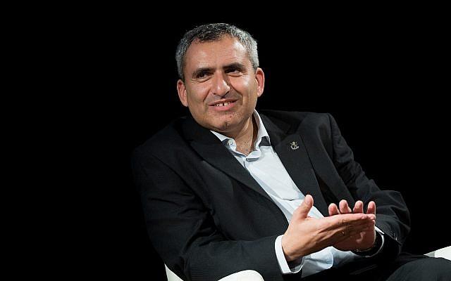 Zeev Elkin, candidat à la mairie de Jérusalem, assiste à un débat entre les candidats aux prochaines élections municipales de Jérusalem, à Jérusalem, le 21 octobre 2018. (Crédit : Yonatan Sindel/Flash90)
