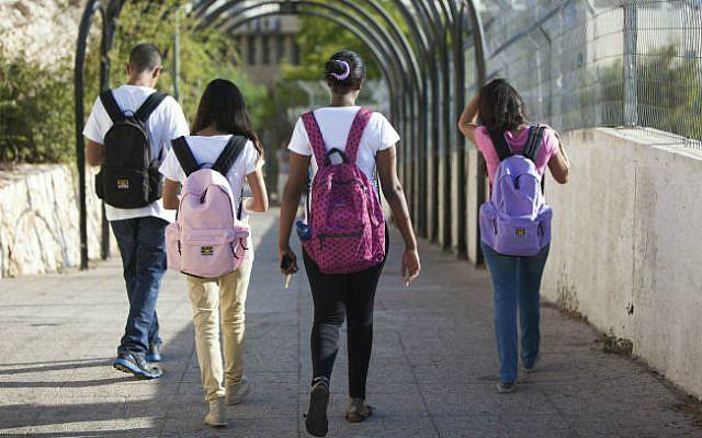 Photo d'illustration : des élèves israéliens, le 27 août 2013 (Crédit : Yossi Zamir/Flash90/File)