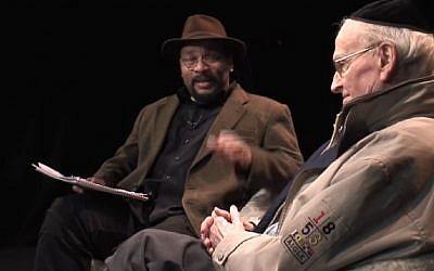 Robert Faurisson jouant le rôle de Serge Klarsfeld dans une vidéo de Dieudonné. (Crédit : capture d'écran YouTube/Fred Scalliet)